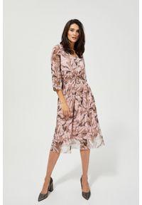 MOODO - Elegancka sukienka midi z dekoltem. Okazja: do pracy, na co dzień. Typ kołnierza: dekolt w serek. Materiał: poliester, szyfon, guma. Wzór: nadruk. Typ sukienki: baskinki. Styl: elegancki. Długość: midi