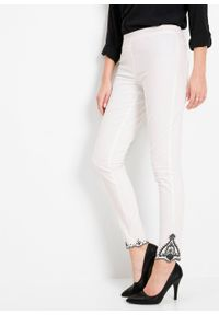 Dżinsy z haftem bonprix biały. Kolor: biały. Wzór: haft