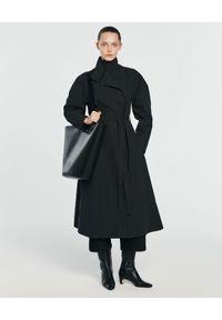 ANIA KUCZYŃSKA - Bawełniany płaszcz Selena. Okazja: na co dzień. Kolor: czarny. Materiał: bawełna. Wzór: aplikacja. Styl: elegancki, casual
