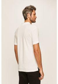 Calvin Klein Jeans - Polo. Okazja: na co dzień. Typ kołnierza: polo. Kolor: biały. Materiał: dzianina. Długość: krótkie. Styl: casual