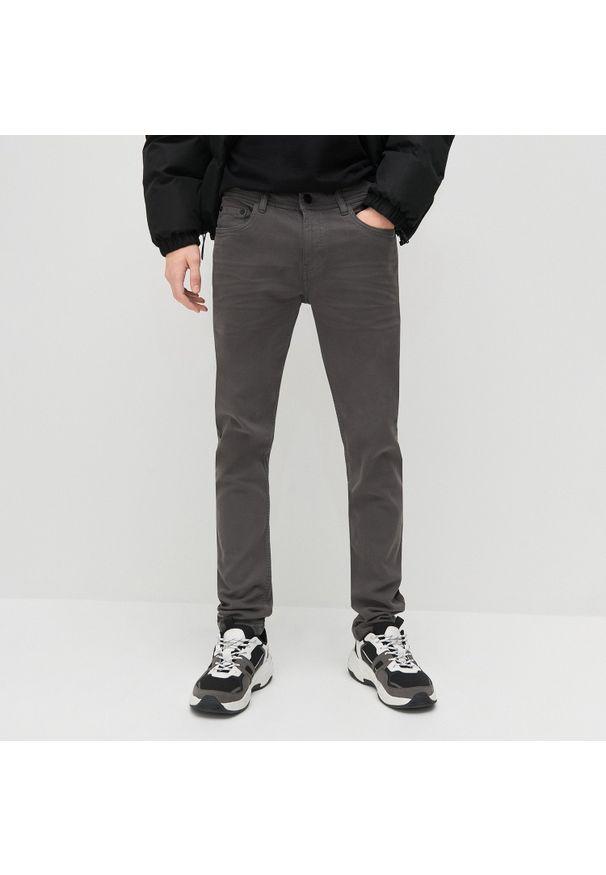 Reserved - Spodnie super slim fit - Szary. Kolor: szary