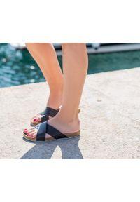 Zapato - klapki na korku - skóra naturalna - model 341 - kolor czarny. Okazja: na imprezę, na co dzień. Kolor: czarny. Materiał: skóra. Wzór: motyw zwierzęcy, nadruk, kolorowy, kwiaty. Sezon: lato, wiosna. Obcas: na płaskiej podeszwie. Styl: klasyczny, wakacyjny, casual