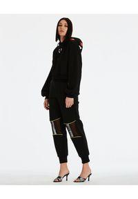 DSG - Czarna bluza Kylie. Kolor: czarny. Materiał: bawełna, materiał. Długość rękawa: długi rękaw. Długość: długie. Wzór: aplikacja. Styl: klasyczny, sportowy