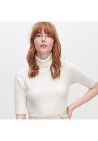 Reserved - Sweter z golfem - Kremowy. Typ kołnierza: golf. Kolor: kremowy