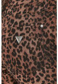 Guess - Spodnie. Kolor: brązowy. Materiał: tkanina