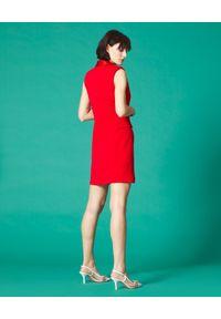 Manila Grace - MANILA GRACE - Czerwona sukienka o kroju marynarki. Okazja: na co dzień. Kolor: czerwony. Materiał: tkanina. Typ sukienki: kopertowe. Styl: elegancki, casual