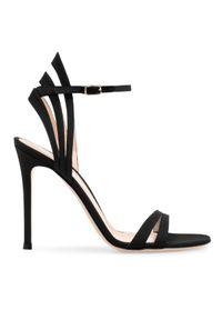 GIANVITO ROSSI - Czarne sandały Freesia. Zapięcie: pasek. Kolor: czarny. Materiał: tkanina, jedwab. Styl: wizytowy, klasyczny