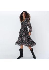 Mohito - Sukienka midi w kwiaty - Czarny. Kolor: czarny. Wzór: kwiaty. Długość: midi