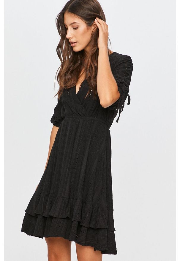 Czarna sukienka Answear Lab prosta, mini, casualowa, na co dzień