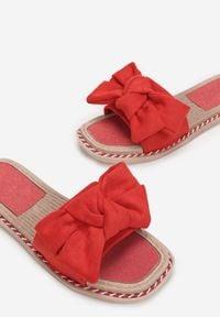 Born2be - Czerwone Klapki Berinysh. Nosek buta: okrągły. Kolor: czerwony. Materiał: guma. Wzór: aplikacja. Obcas: na platformie