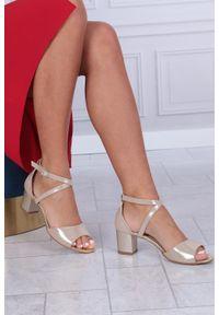 Beżowe sandały Casu casualowe, w kolorowe wzory