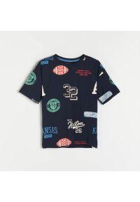 Reserved - Bawełniany t-shirt z nadrukiem - Granatowy. Kolor: niebieski. Materiał: bawełna. Wzór: nadruk