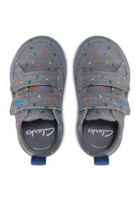 Clarks - Sneakersy CLARKS - Foxing Print T 261583627 Grey Canvas. Okazja: na co dzień. Zapięcie: rzepy. Kolor: szary. Materiał: materiał. Szerokość cholewki: normalna. Wzór: nadruk. Styl: casual