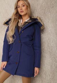 Renee - Granatowa Kurtka Nikane. Okazja: na co dzień. Kolor: niebieski. Materiał: tkanina, dzianina, futro. Długość rękawa: długi rękaw. Długość: długie. Styl: casual