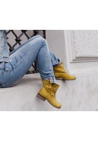 Zapato - botki z kokardą - skóra naturalna - model 458 - kolor żołty. Okazja: na co dzień. Nosek buta: okrągły. Zapięcie: bez zapięcia. Materiał: skóra. Szerokość cholewki: normalna. Wzór: aplikacja, nadruk. Obcas: na obcasie. Styl: casual, klasyczny, elegancki. Wysokość obcasa: niski