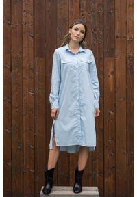 Niebieska sukienka VEVA szmizjerki, klasyczna, w kolorowe wzory, z długim rękawem
