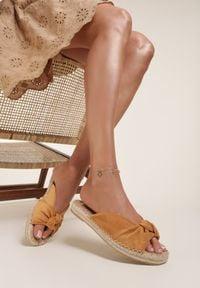 Renee - Camelowe Klapki Adozelphise. Nosek buta: okrągły. Wzór: aplikacja. Obcas: na platformie