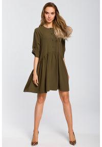 e-margeritka - Sukienka odcinana w pasie wiosenna khaki - s. Okazja: do pracy, na randkę. Kolor: brązowy. Materiał: poliester, materiał, elastan. Sezon: wiosna. Typ sukienki: oversize. Styl: elegancki