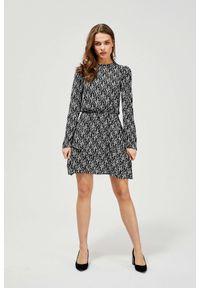 MOODO - Taliowana sukienka z nadrukiem. Typ kołnierza: kołnierzyk stójkowy. Materiał: wiskoza. Wzór: nadruk. Typ sukienki: baskinki. Styl: vintage