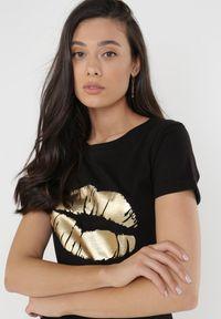 Born2be - Czarny T-shirt Theamishia. Okazja: na co dzień. Kolor: czarny. Materiał: bawełna, jersey, dzianina. Długość rękawa: krótki rękaw. Długość: krótkie. Sezon: lato. Styl: klasyczny, casual